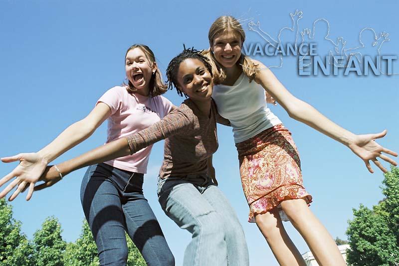 3 jeunes filles heureuses d'être en vacances