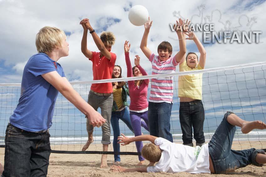 Séance de Beach-volley pour ces enfants en vacances à la mer