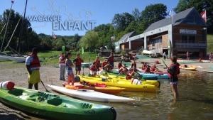 Sortie kayak pour ces enfants en colonie de vacances