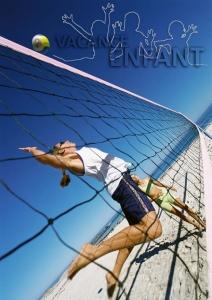 Une jeune volleyeuse en pleine attaque