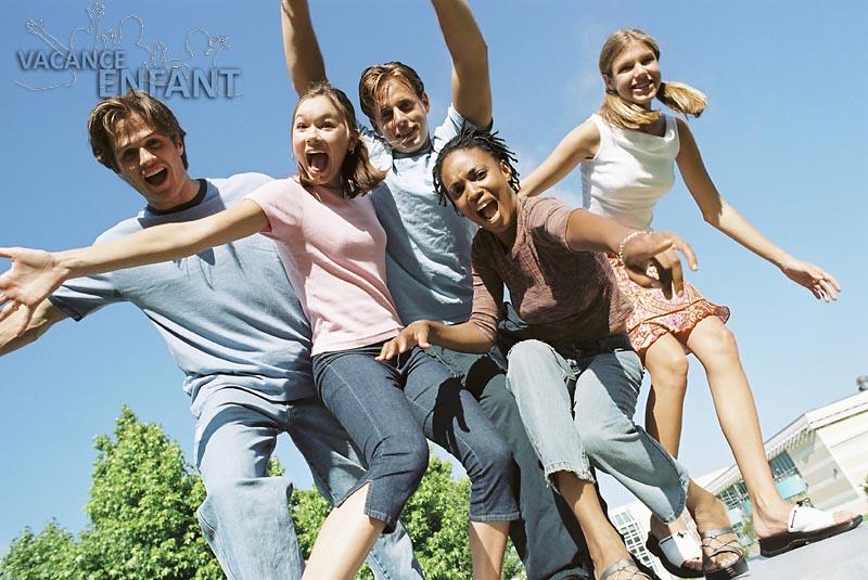 5 adolescents très heureux d'être en vacances