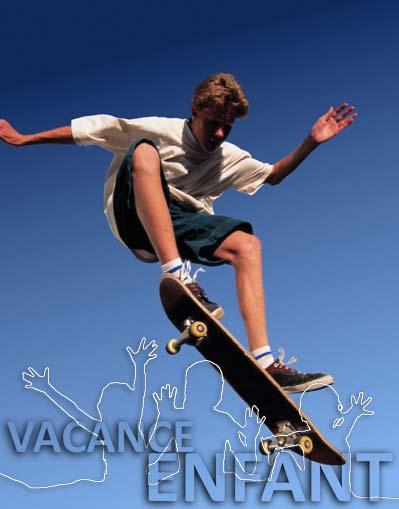 Un adolescent s'éclate avec son skateboard