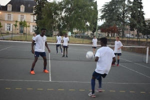 Passes de précision à l'entrainement de foot sur un terrain de tennis