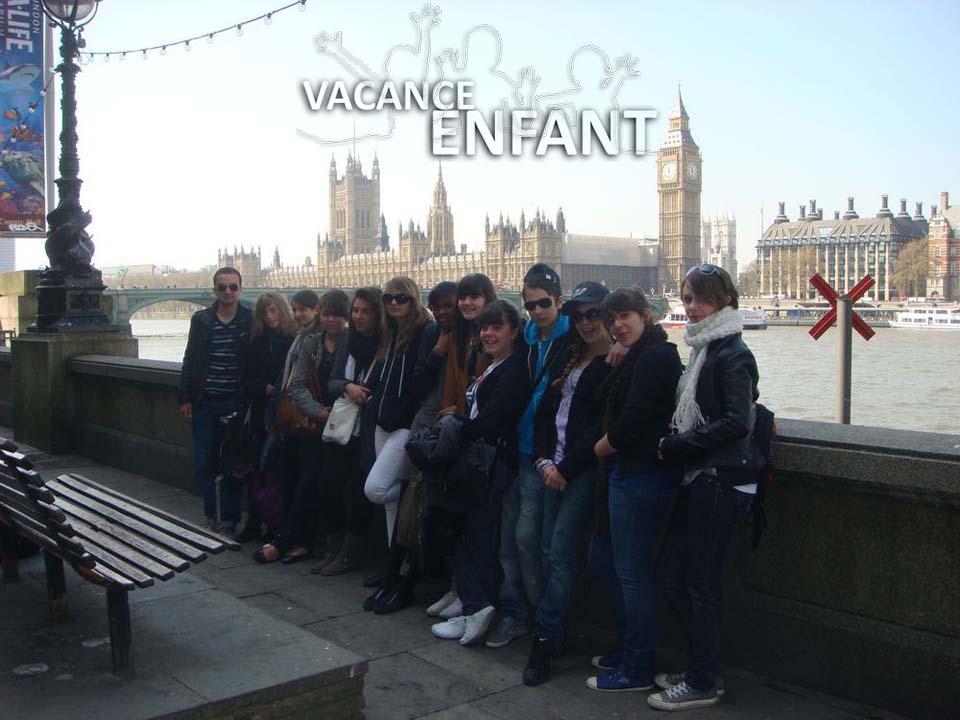 Photo de groupe devant le London City Bridge