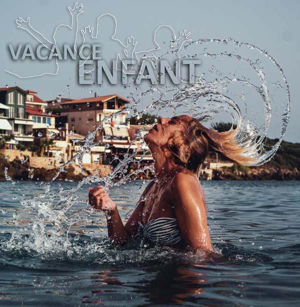 Une gerve d'eau sort de la chevelure de cette adolescente qui se baigne à la mer
