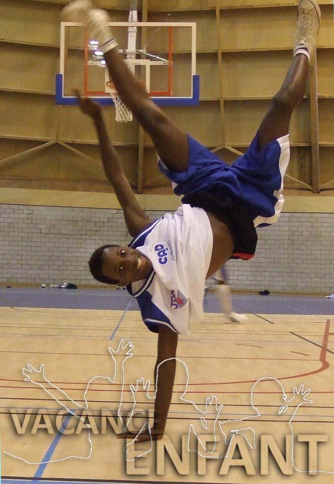 Mouvement de gymnastique pour ce jeune joueur de volley