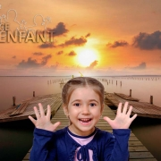 Photo montage d'une fille enthousiaste sur fond de paysage invitant à voyager