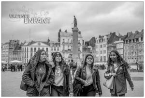 4 adolescentes en visite touristique lors d'un séjour linguistique