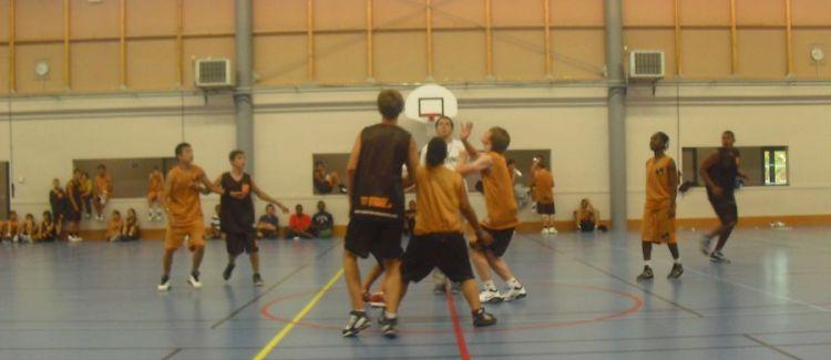 Match de basket indoor pour ces jeunes joueurs