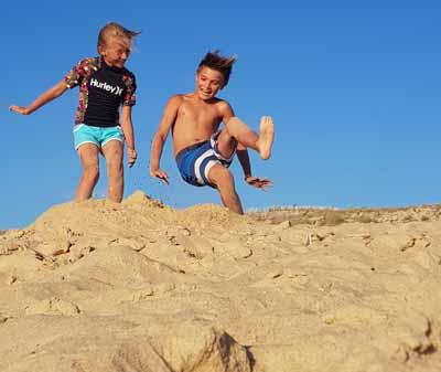 2 gamins s'amusent sur les plages en bord de mer