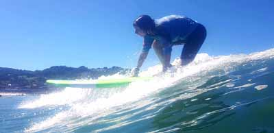 Prise de vague réussie pour cette ado en surf