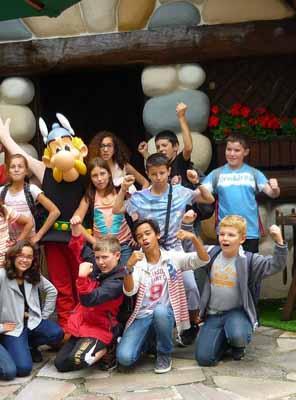 Des enfants d'une dizaine d'année en visite au parc d'attraction Astérix