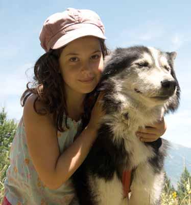 Moment de complicité entre cette jeune fille et son chien