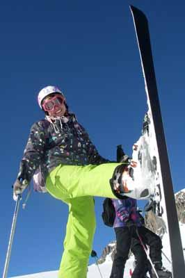 1 jeune skieuse effectue une conversion à ski