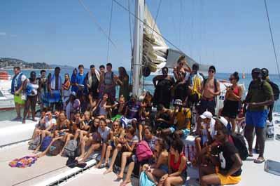 Photo de groupe d'ados en colonie de vacance à la mer sur un voilier