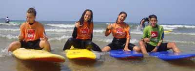4 adolescentes sur leur planche de surf en cote Atlantique