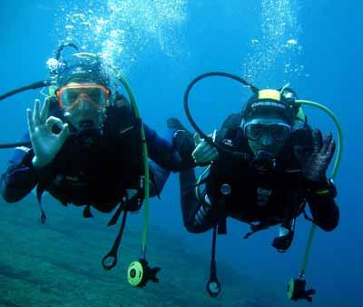 Séance de plongée sous-marine pour ces 2 ados