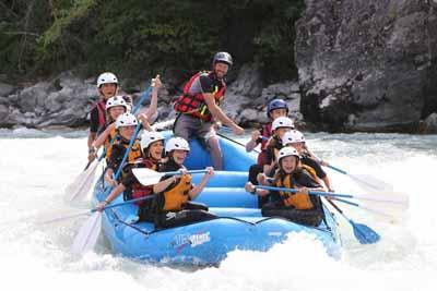 Rafting pour 9 enfants qui dévalent un rapide des Alpes de Sud
