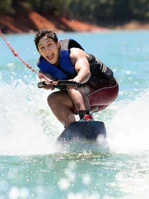 Un ado de 14 ans sur sa planche de wakesurf