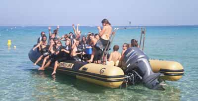 Une bande de copains-copines en colonie de vacances à la mer