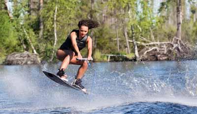 Magnifique saut en wake surf maîtrisé par cette jeune ado