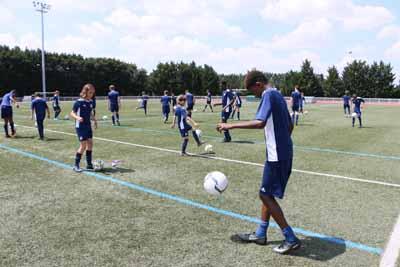 U15 à l'échauffement en stage de foot OL