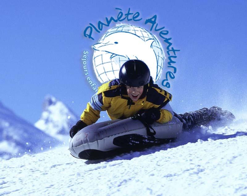 Un ado glisse sur une piste de ski avec une bouée Airboard