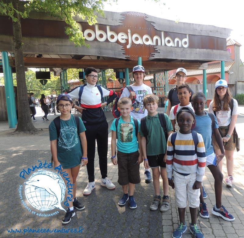 Un groupe d'enfants prêts à rentrer pour s'amuser dans un parc d'attraction.