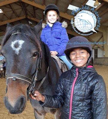 Activité équitation en colonie de vacances pour ces 2 enfants
