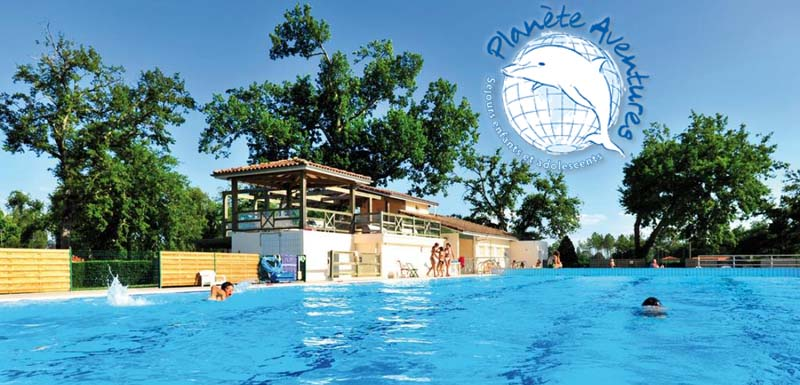 Le grand bassin d'une colonie de vacances avec piscine
